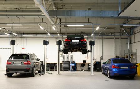 Riparazione auto in garage grande e pulito