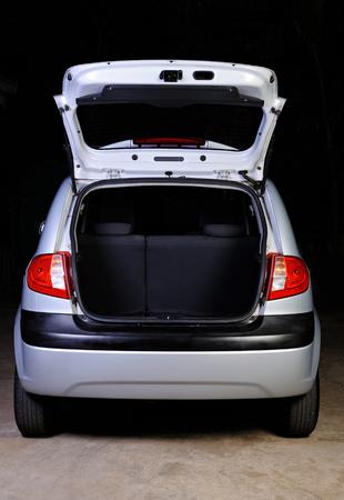 open lege kofferbak van hatchback geïsoleerd op zwart Stockfoto