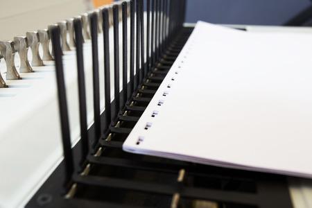 オフィス機器製本紙や書籍で製造の過程。