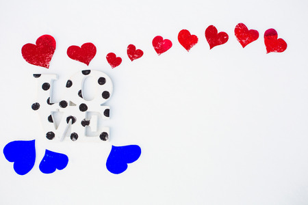 corazones azules: Red with blue hearts on white snow on Valentines day
