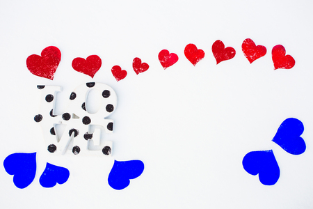 corazones azules: Red and blue hearts and love word on white snow Foto de archivo