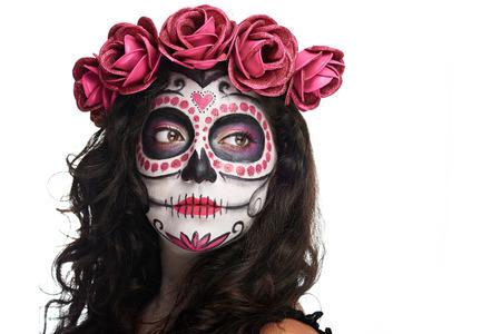 trajes mexicanos: catrina de maquillaje para Halloween cráneo aislado en fondo blanco