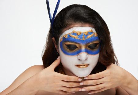 caras pintadas: las mujeres tienen máscara de oro en la cara blanca aislada