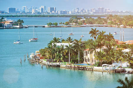 waterfront houses in miami city florida in summer day 版權商用圖片
