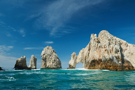 Sanny día en Cabo San Lucas destino turístico. Arco roca en el mar verde claro en Cabo San Lucas, México