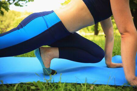 pasto sintetico: Escena de entrenamiento. Mujer joven haciendo deportes en el parque.