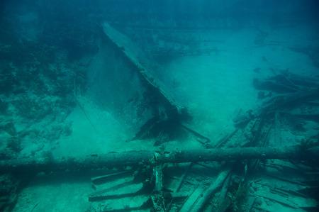 Buceo aventura de buceo para naufragio en el mar azul del agua caribeña Foto de archivo - 80131682