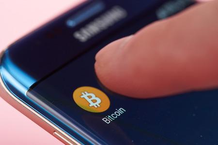 ニューヨーク、アメリカ合衆国 - 2017 年 6 月 26 日: 携帯電話で bitcoin でアプリケーションを実行します。電子 bitcoin 財布を開始 報道画像