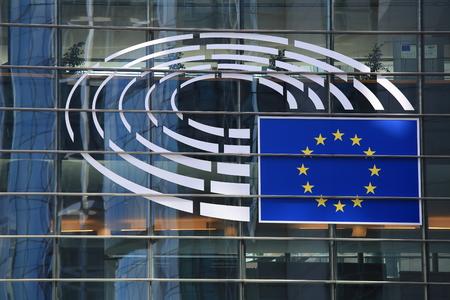 브뤼셀, 벨기에 -2011 년 7 월 17 일 : 유럽 의회 근접의 상징. 브뤼셀에서 유럽 의회 건물의 유리 외관.