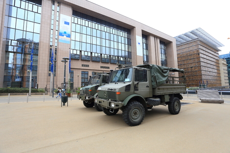 ブリュッセル, ベルギー - 2017 年 7 月 17 日: 欧州理事会議事堂の向かい側の軍用トラック。ブリュッセル、テロ行為後の路上の軍隊。