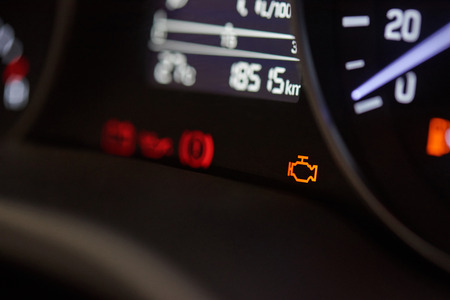 Controleer ingine pictogram op moderne auto dashboard close-up Stockfoto