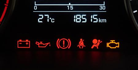 Primo piano delle icone del cruscotto dell'automobile. Errore segni del veicolo