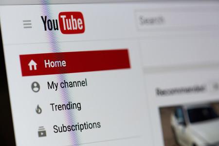 ニューヨーク、アメリカ合衆国 - 2017 年 8 月 18 日: Youtube ビデオ サービスのラップトップ画面のクローズ アップ。Youtube のサービス メニュー