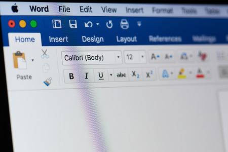 New York, VS - 18 augustus 2017: Microsoft Office woord menu op laptop scherm close-up Stockfoto - 84380233