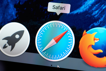New york, USA - August 18, 2017: Safari browser icon on laptop screen close-up. Starting web browser safari Redactioneel
