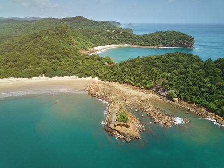 Aquawellness ビーチ ニカラグア空中ドローン ビューでベイ リゾート 写真素材