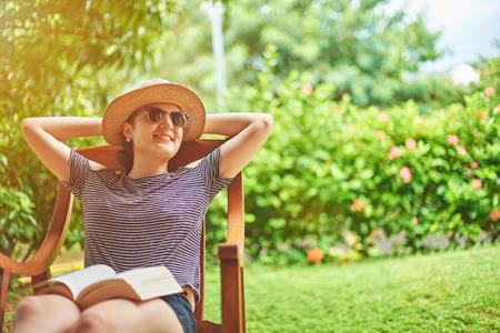 Glückliche junge Frau auf sonnigen Sommer natürlichen Hintergrund