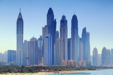 두바이의 고급 비즈니스 센터. 푸른 하늘 배경에 고층 빌딩입니다.