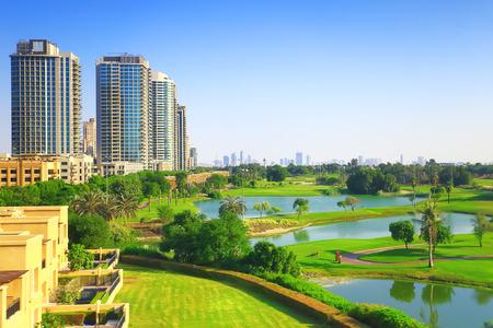 晴れた日にはゴルフクラブがあるドバイの高級住宅街。不動産のテーマのための背景。