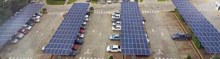 Parcheggio con pannello solare sull'antenna sul tetto sopra la vista