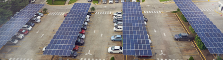 Parkeerplaats met zonnepaneel op dakantenne boven zicht