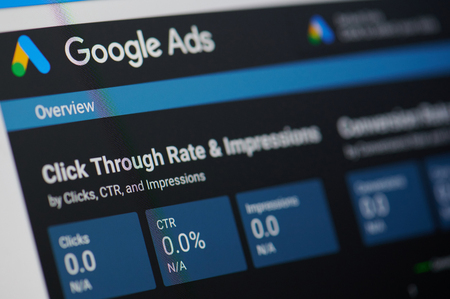 Nueva York, Estados Unidos - 24 de enero de 2019: menú de anuncios de Google en la pantalla del dispositivo vista de cerca pixelada Editorial