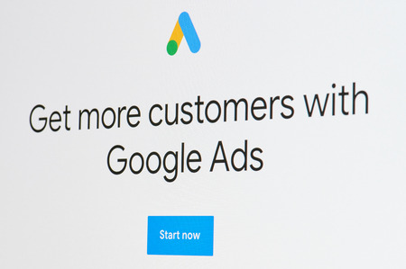 New York, USA - 8 aprile 2019: Ottenere più clienti con gli annunci di Google sulla macro dello schermo digitale vista ravvicinata