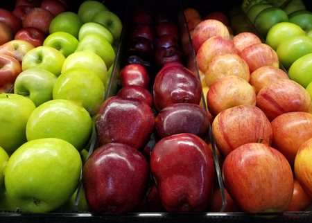 Fresh fruit grocery theme. Red and green apples in supermarket 免版税图像