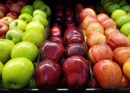 Tema de abarrotes de frutas frescas. Manzanas rojas y verdes en el supermercado