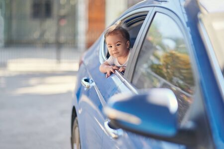 Happy kid on back car seat window looking forward Banque d'images - 133779922