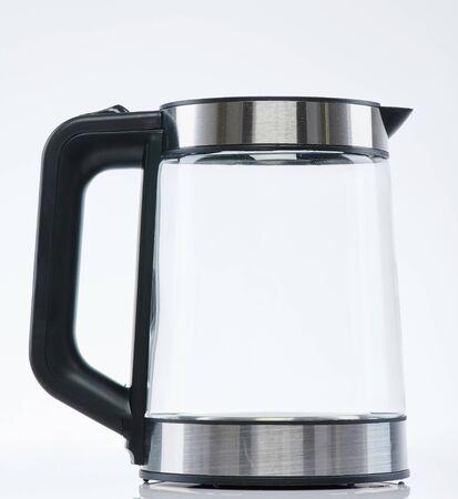Vista laterale del bollitore trasparente in acciaio inossidabile isolata su sfondo bianco