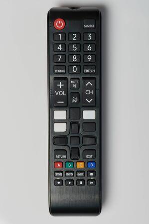 Schwarze TV-Fernbedienung Nahaufnahme isoliert auf weißem Hintergrund Standard-Bild