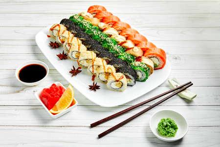 Gros plan du sushi japonais traditionnel serti de saumon et de thon isolé sur fond blanc. Conception de menus de bar à sushis avec espace de copie.