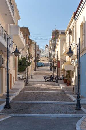 Ein Wanderweg mit Stufen in der Stadt Sitia auf der Insel Kreta