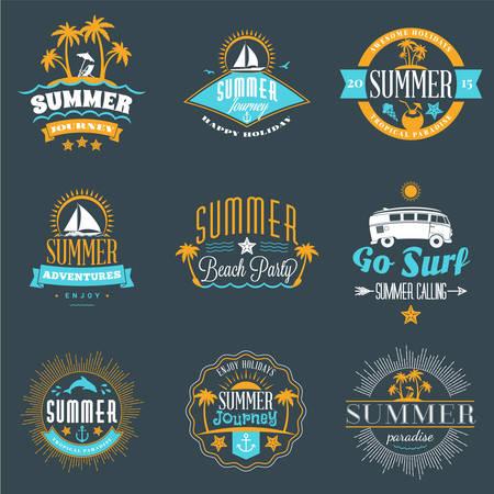 acampar: Vacaciones de verano elementos de diseño. Conjunto de Hipster Vintage Pin en tres colores sobre fondo oscuro