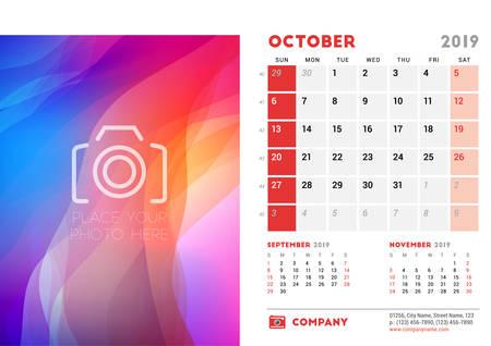 2019年10月。写真のための場所を持つデスクカレンダーデザインテンプレート。週は日曜日に始まります。ページ上の3ヶ月。ベクトルの図