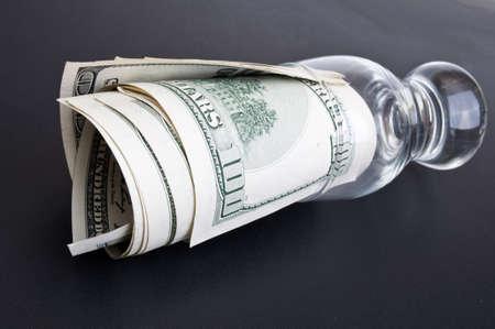 dolar: DOLAR en una clase sobre un fondo negro
