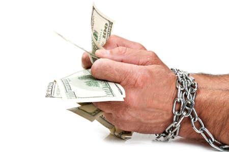 mano con dinero: Las manos con el dinero de la cadena sobre un fondo negro Foto de archivo