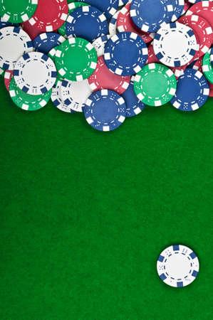 fichas de casino: fichas de p�quer sobre un fondo verde de tabla Foto de archivo
