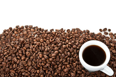 coffe bean: granos de caf� y la copa aislados en un fondo blanco Foto de archivo