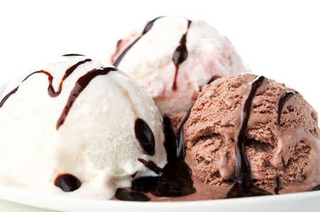 초콜릿 아이스크림 흰색 배경에 고립