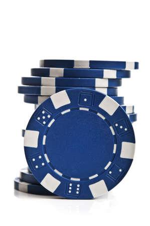 azul fichas de póquer aislados en un fondo blanco Foto de archivo