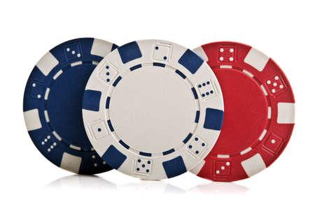 fichas casino: fichas de p�quer aislados sobre un fondo blanco Foto de archivo