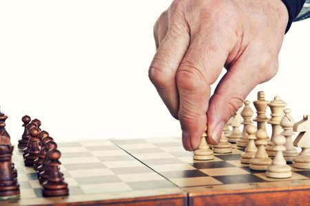 jugando ajedrez: viejo jugando al ajedrez aislados sobre un fondo blanco