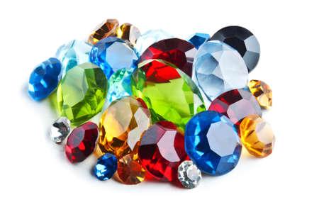 zafiro: gemas brillantes aislados sobre un fondo blanco