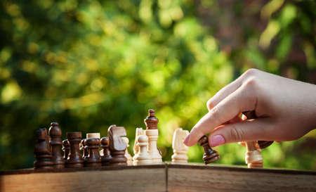 jugando ajedrez: mujer jugando al ajedrez y mantenga fondo pe�n