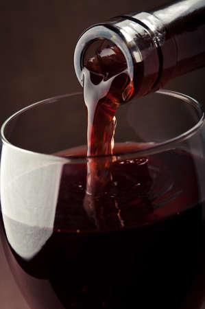 배경에 레드 와인을 붓는