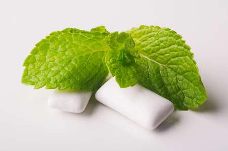 goma de mascar: Menta verde fresca con chicle en el fondo