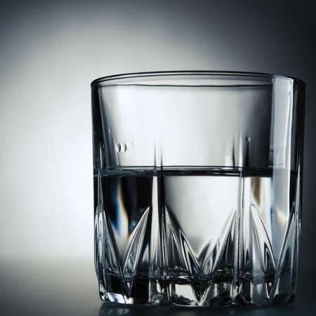 vaso de agua: vaso de agua en el fondo