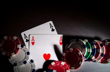 cartas de poker: tarjetas y virutas del p�ker en el fondo